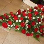 Kistdekoration med röda rosor o vit prärieklocka