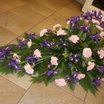 Kistdekoration med blå iris o rosa nejlikor