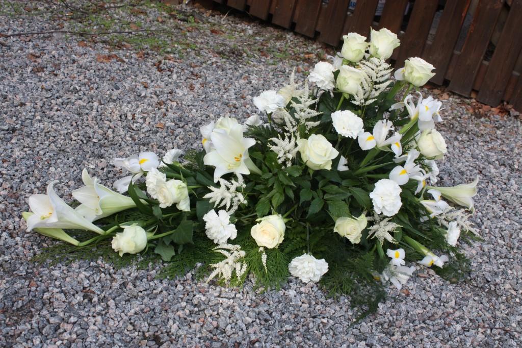 Dekoration i vitt med liljo, rosor, astilbe o nejlikor